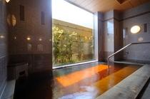 【女性内風呂】女性浴場は西側に面しており、美しい日差しが差し込みます。