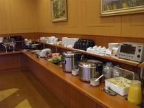 ご朝食は和洋のバイキングで、約20品〜25品を取り揃えております。