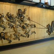 ロビー 木彫りの壁画 熊祭