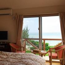 *【客室例】窓の外は美しいコバルトブルーの海が広がっています!