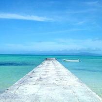 *【風景】空と海、それぞれ異なる青のコントラストが美しい風景です。