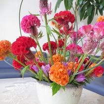*【館内】細やかな気遣いが感じられる館内。季節の草花が生けられています。