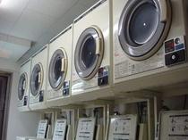 6階にはコインランドリー。洗濯機・乾燥機各5台