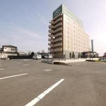 無料駐車場では92台駐車可能なスペースをご用意しております。