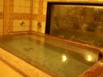1F女性大浴場。3ヶ所の洗い場がございます。ブラシやドライヤーも備え付けてございます♪