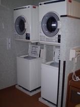 急な延泊でも大丈夫!大浴場には洗濯乾燥機がございます。洗剤はフロントにて1個40円で販売しております