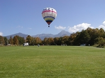 近くの農業実践大学農場の大芝生 夏には気球が上がります。乗れますよ!