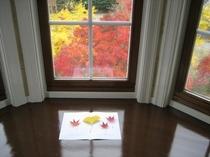 タワーの部屋からは黄色や赤の紅葉を見降ろせますよ。