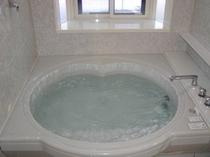 館内には内側からロックできる貸切家族風呂が2基あります。予約も料金も不要です。ハート形の楽しいお風呂