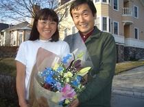 お客様から記念日に戴いた素敵な花束。私たちもなんと嬉しそうな顔でしょう。こんな素敵な出逢いができる仕