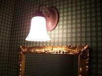 客室洗面室のランプと鏡 鏡もイタリア製ですべて異なります。