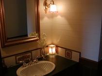 この洗面台は美しい2トーンの真鍮の水栓を持ち、花のタイルはイギリスから取り寄せたものです。