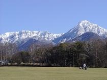 残雪の八ヶ岳を農業実践大の大芝生から見たところです。5月、6月もきれいです。