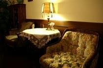 2階の寛ぎのブース イタリアのアンティークソファとフランスの古いデコテーブルです。