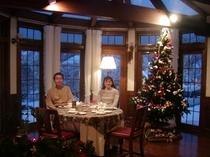 クリスマスに近い日、二人でツリーのそばで過ごしました。雪のせいで外は美しいブルーの夕方です。