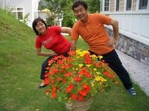 スタッフのしーちゃんとお休みの日にテラスのバックヤードで体操です。手前のナスタチウムの花の色に合わせ