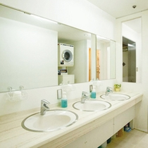 洗面台は蛇口が3つで広々使えます。