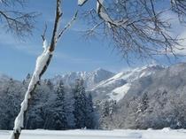 冬のホテル窓からの銀世界
