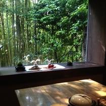 【ご朝食】竹林望む母屋でお楽しみください。