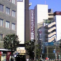 JR赤羽駅南改札口を出て右側東方面、車道から見たホテルミッドイン