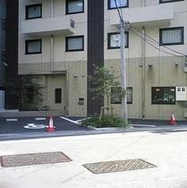 ホテル裏手にございます2台駐車場。利用当日先着順1泊翌朝10時まで¥1500【予約不可】