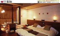 露天風呂付客室のベッドルーム