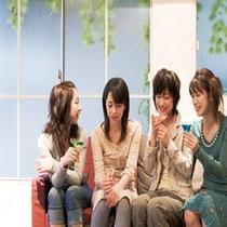 女子旅イメージ お友達同士で話の輪が広がる夕べ