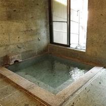 *内風呂/8人程が入れる広さの内風呂は小奇麗で快適。