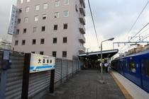 駅名看板とホテル