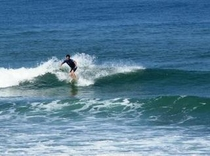 施設目の前の日本海は、サーファー達に大人気のスポット。