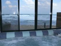 デッキチェアに横たわり、ダイナミックな日本海の眺望最高です。足つぼ効果のあるこのジェットはお勧めです
