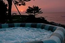 屋外プール(元気海プール)から見た夕日〜この夕日は日本百景に選ばれました〜