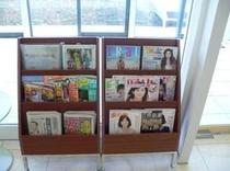 フロント前にあるマガジンコーナーです。お好きなマガジンをお読み頂けます。(新聞・雑誌等々)