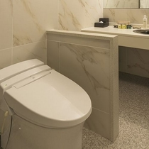 白を基調とした清潔感のあるバスルームはゆとりある空間で広々お使いいただけます(ジュニアスイート)