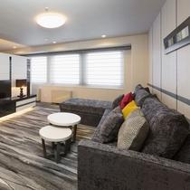 モダンな雰囲気に、大きなソファがあるリビングでごゆっくりお寛ぎください(ジュニアスイートルーム)
