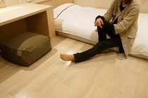 「床に座る」イメージ写真