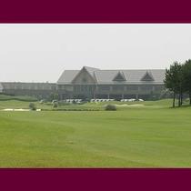 勝田ゴルフ倶楽部。ホテルから車で13分、18ホールのフラットなコースです