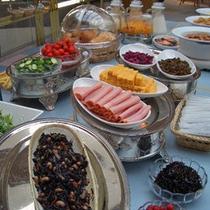 *バイキング形式のご朝食一例