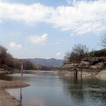 清流荒川の流れ