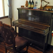 【60年前のピアノ】レストランの一角にある60年前のピアノです