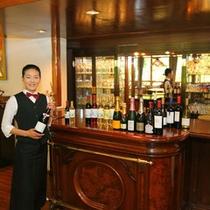 【スタッフ】サービスを担当しています。ワインの事ならお任せ下さい