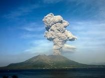 噴火をする桜島