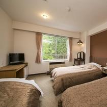 洋室に3名様一室時は写真左側のようなソファーベッドでご用意(1~2名様利用時はソファーになってます)