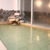 【天】天神の湯のこの浴槽(男女内湯)が最も古く、もっとも温泉成分がしみついていると言える浴槽です