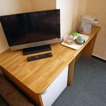 テレビ台のところにも自由に使えるコンセント、1~2つあります wifiもOK