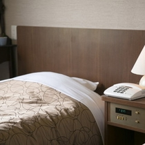 サイドテーブルにアラーム機能付、さらにモーニングコールで二度寝予防対策も