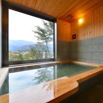 【新】横幅で2.55mに対し、幅で1.5mのゆとりある湯船。貸切温泉は家のお風呂より大きくなきゃ✖