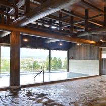 【新】内湯には樹齢約160年・長野県佐久市のヒノキを使用した梁が屋根を支えます