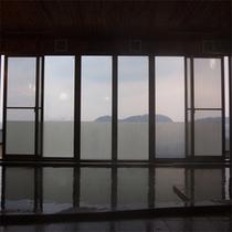 窓から玄界灘の景色が一面に広がる展望大浴場