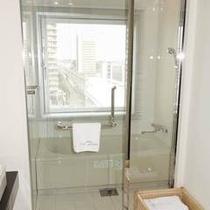 【ビューバスデラックスツインルーム】お風呂の窓からは駅前のロータリーがご覧いただけます。